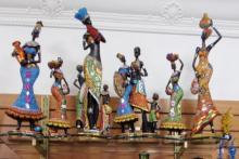 Africanas y figuras decorativas.