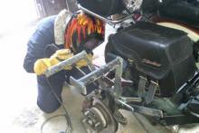 Foto de soldadura en motocicleta, realizada por un alumno mujer