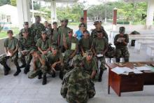 Soldados estudiando con PROYECTO EDUCOL
